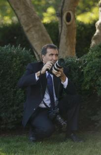 pete souza taking a pic